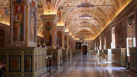 Die Vatikanischen Museen - hier ein Blick in die Archivsäle - sind die größten Museen der Welt und beherbergen in 14 unterschiedlichen Museen mit über 1.400 Gemälde, ehnologische Raritäten und Plastiken.