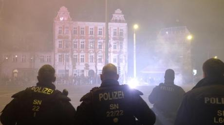Polizisten stehen in der Neujahrsnacht an einer Kreuzung im Leipziger Stadtteil Connewitz.