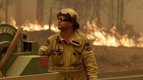 Kampf gegen die Flammen: Ein Mitarbeiter der Forest Corporation in der Nähe von Moruya.