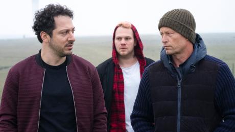 """Yalcin Gümer (Fahri Yardim), Tom Nix (Ben Münchow) und Nick Tschiller (Til Schweiger): Szene aus dem Hamburg-Tatort """"Tschill Out"""", der heute am Sonntag im Ersten läuft."""