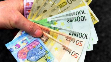Ein Unbekannter wollte eine Frau in Medlingen zu einer Vermögensanlage überreden (Symbolfoto). Er gab sich als Berater der Sparkasse aus.