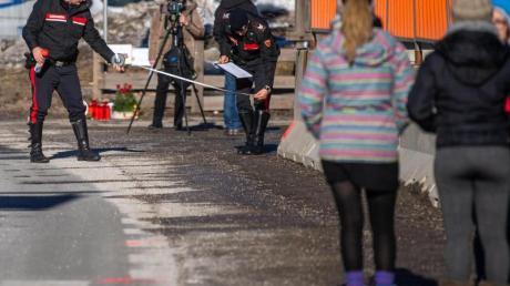 Einsatzkräfte der Carabinieri rekonstruieren in Luttach den Unfallhergang, während Teilnehmer einer Reisegruppe zusehen.