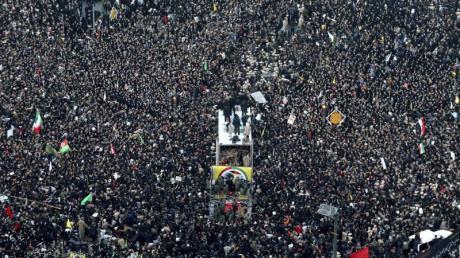 Hunderttausende Iraner nehmen an einem Trauerzug für den bei einem US-Militärangriff getöteten General Ghassem Soleimani in Maschhad teil. Der Andrang war so groß, dass ein eigentlich vorgesehener Transport der Leiche in die Hauptstadt Teheran nicht mehr möglich war.