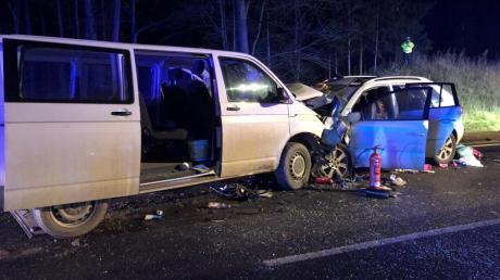 Ein Transporter und ein Auto stehen nach einem schweren Unfall ineinanderverkeilt auf der B2 in Richtung Nürnberg. An dem Unfall war eine Familie beteiligt.