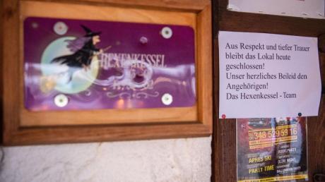 Die Bar «Hexenkessel» ist nach dem Tag des Unfalls geschlossen, mit einer Notiz an der Eingangstür.