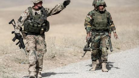 Bundeswehrsoldaten und kurdische Peshmerga bei einer Übung im Irak.