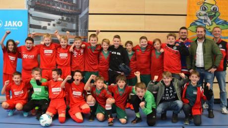 Die erfolgreichen D-Juniorenfußballer des SC Bubesheim mit Trainern und Betreuern sowie einem Vertreter des Turnier-Sponsors.