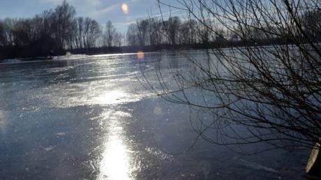 Ein Rehkitz ist durch eine dünne Eisschicht am Autobahnsee Augsburg eingebrochen und wurde von der Augsburger Wasserwacht gerettet.