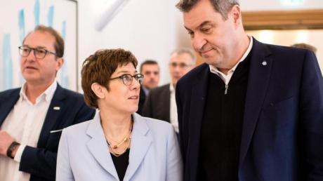 Im Gespräch: Die CDU-Vorsitzende Annegret Kramp-Karrenbauer und CSU-Chef Markus Söder (r.). Im Hintergrund ist CSU-Landesgruppenchef Alexander Dobrindt zu sehen.