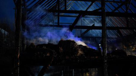 Ein Stadel bei Dirlewang im Unterallgäu brannte in der Nacht auf Dienstag nieder. Unser Symbolbild zeigt einen Stadelbrand bei Burtenbach im Januar 2020.