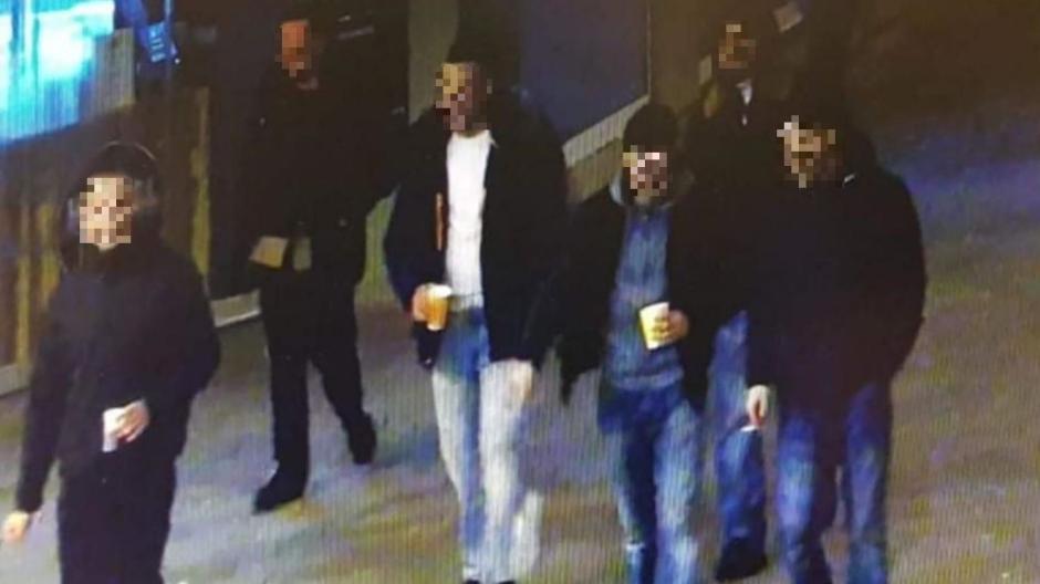 Dieses Bild aus der Videoüberwachung der Polizei zeigt die Gruppe mit den Angeklagten kurz vor der Tat am Königsplatz.