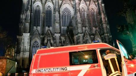 Eine kuriose Verwechslung hat am Kölner Dom für einen nächtlichen Großeinsatz der Feuerwehr gesorgt.