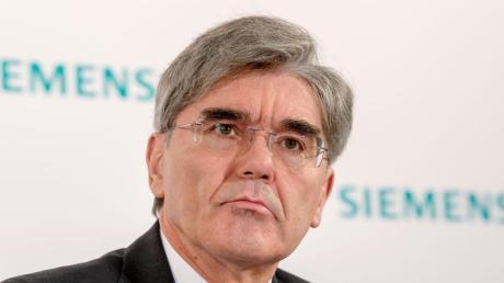 Siemens-Vorstand Joe Kaeser hält an den Lieferung für ein riesiges Kohlebergwerk in Australien fest.