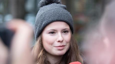 Luisa Neubauer, Fridays-for-Future-Aktivistin, beantwortet nach ihrem Gespräch mit Siemens-Chef Kaeser Fragen von Journalisten.