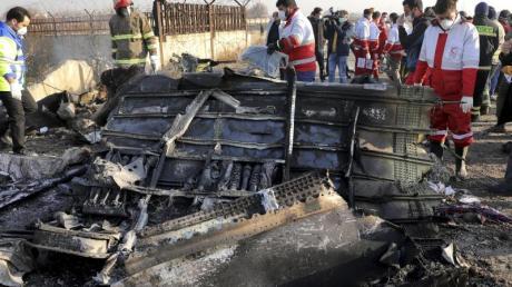Rettungskräfte bergen Wrackteile der verunglückten ukrainischen Maschine in der Nähe von Teheran.