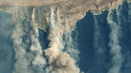 Qualmwolken von verschiedenen Bränden wehen von der australischen Känguru-Insel aufs Meer.
