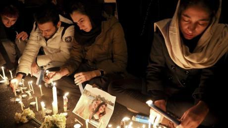 Menschen zünden bei einer Mahnwache am Eingang der Amri Kabir Universität in Teheran Kerzen an, um der Opfer des Flugzeugabsturzes zu gedenken.