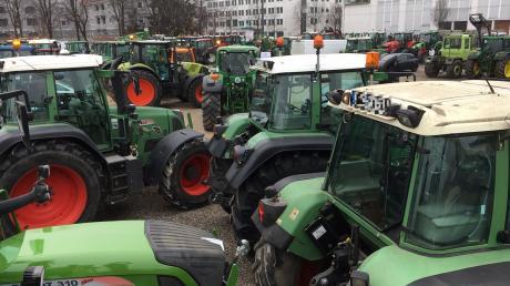 Auf dem Plärrergelände treffen seit dem Vormittag hunderte von Traktoren ein. Landwirte wollen am Mittag in der Innenstadt eine Demo abhalten.
