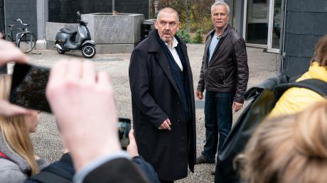 Szene aus dem Köln-Tatort heute: Freddy Schenk (Dietmar Bär) soll eine Schülerin begraptscht haben - das behauptet sie auf Handyvideos, die die Szene zeigen.