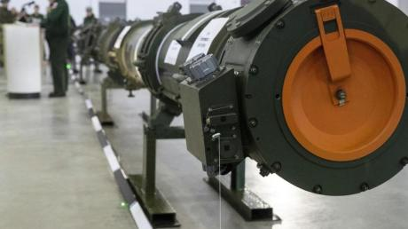 Der neue russische Marschflugkörper vom Typ 9M729 ist zur Präsentation in einer Halle aufgestellt. Nach Auffassung der NATO, sind die Raketen vom Typ SSC-8 (Bezeichnung der Nato) in der Lage in fast ganz Europa Hauptstädte zu treffen.