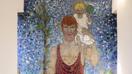 Das Mosaik der Kapelle in Höbstl zeigt Christophorus als kräftigen Mann mit dem Jesuskind und der Weltenkugel auf den Schultern und einen blühenden Stab in der Hand.