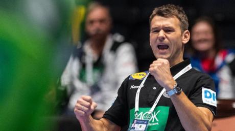 Handball-EM: Bundestrainer Christian Prokop jubelt über einen Treffer für Deutschland. Deutschland - Kroatien: Handball live in TV & Stream: Uhrzeit und Free-TV? Wann spielt Deutschland am Samstag gegen Kroatien bei der Handball-EM 2020?