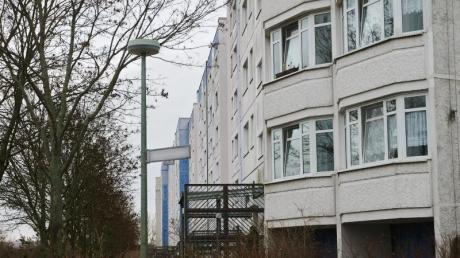 In diesem sechsstöckigen Gebäude in Marzahn-Hellersdorf fand eine Durchsuchung statt. Wegen des Verdachts der Vorbereitung einer schweren staatsgefährdenden Gewalttat gibt es derzeit Razzien in mehreren Bundesländern.
