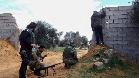 Die von den Vereinten Nationen unterstützten Regierungstruppen kämpfen, hier nahe Tripolis, gegen den aufständischenGeneral Haftar.
