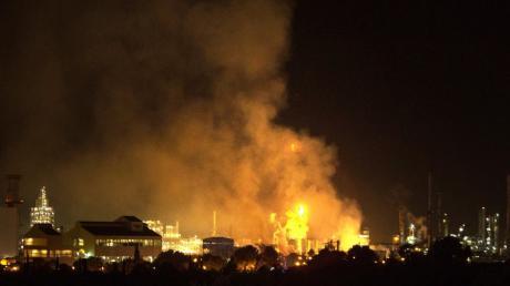 Rauch steigt nach einer Explosion in einem Chemiepark in der Nähe der nordostspanischen Hafenstadt Tarragona auf. Mehrere Menschen wurden dabei verletzt, ein Mensch kam ums Leben.