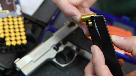Der Kauf einer Schreckschusspistole ist legal. In der Öffentlichkeit darf man sie aber nur bei sich haben, wenn man einen Kleinen Waffenschein besitzt.