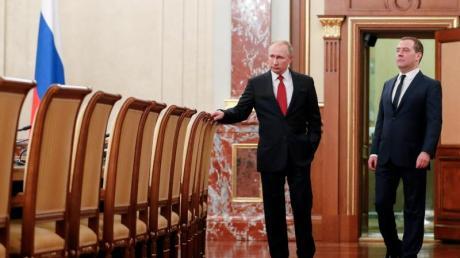 Hier sind jetzt alle Stühle freigeworden: Russlands Präsident Wladimir Putin (l) und Dmitri Medwedew vor einer Kabinettssitzung.