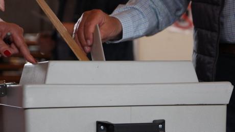 Reges Kommen und gehen herrschte am Sonntag in den Wahllokalen, hier das im Friedberger Rathaus, als die Bürger aufgerufen waren ihre Stimme zur Europawahl abzugeben. Symbolbild, Feature, Wahl, Wahlurne