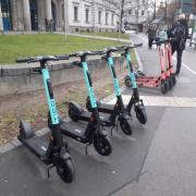Nach Voi sind auch die Roller der Firma Tier in Augsburg angekommen.