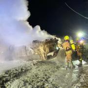 Zwei schwere Unfälle passierten am Mittwochabend kurz nacheinander nahe dem Schrobenhausener Stadtteil Sandizell. Nachdem eine schwangere 21-Jährige verunglückt war, passierte ihrem Freund kurz darauf dasselbe. Er kam von der Straße ab, das Auto begann zu brennen. Die Feuerwehr befreite ihn und seine Beifahrerin aus dem Wagen.