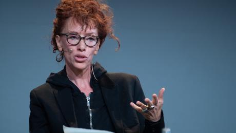 """Die Schriftstellerin Sibylle Berg liest während der Digitalkonferenz """"re:publica"""" aus ihrem Roman """"GRM: Brainfuck"""".  Die Schriftstellerin wird mit dem Brechtpreis ausgezeichnet."""