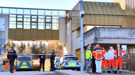 Ein Mann hat im Jobcenter in Rottweil eine Mitarbeiterin mit einem Messer angegriffen und schwer verletzt. Sie kam mit dem Hubschrauber ins Krankenhaus.