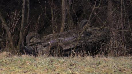 Bei einem Wildunfall auf der Straße zwischen Rettingen und Pfaffenhofen ist dieses Auto auf dem Dach zwischen Bäumen gelandet.