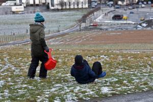 Diese Kinder warten auf Schnee.