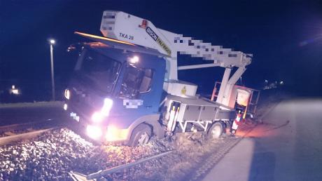 In Altenstadt ist ein Lkw von einer Straße ins Bahngleis abgekommen und musste aus dem Gleisbett geborgen werden.