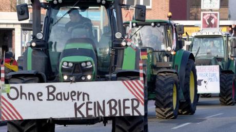 Schlagendes Argument:Landwirte nach einer Sternfahrt in Kiel. An einem Trecker warnt ein Schild mit der Aufschrift «Ohne Bauern KEIN BIER».