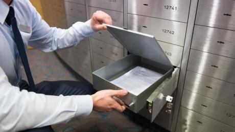 Schließfach in einer Bank: Binnen eines Jahres erhöhte sich das private Geldvermögen um 4,5 Prozent.