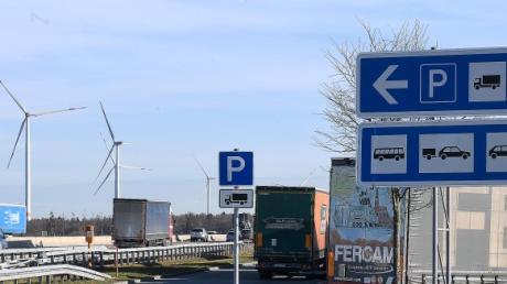 Nach einem Unfall auf der Rastanlage Illertal-West bei Dettingen an der Iller hat die Polizei einen betrunkenen Lastwagenfahrer aus dem Verkehr gezogen.