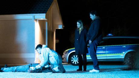 """König (Anneke Kim Sarnau) und Bukow (Charly Hübner) tappen noch im Dunkeln: Szene aus dem """"Polizeiruf 110: Söhne Rostocks"""", der heute im Ersten lief."""