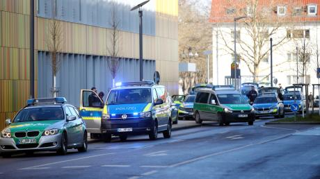 An der Hochschule Neu-Ulm hat ein Fehlalarm zu einem Großeinsatz geführt. Die Polizei war mit etwa 100 Beamten im Wiley. Ein Sammelpunkt für den Einsatz war an der nahe gelegenen Mark-Twain-Grundschule.