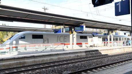 Ein ICE hält am Bahnhof Günzburg. Der Fernverkehrshalt ist nicht gefährdet.
