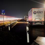 Die Parkplätze entlang der Autobahnen sind meist überfüllt. Nun sollen an der A8 die Zufahrten umgebaut werden, um die Verkehrssicherheit zu erhöhen.