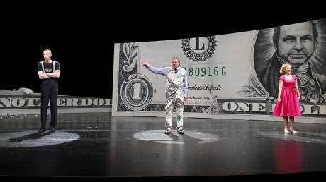"""Der Großkapitalist Norrison lässt sein Antlitz auf Geldscheine drucken und die Puppen tanzen: Am Donnerstag feierte die Inszenierung von Ferenc Molnárs Komödie """"Eins, Zwei, Drei"""" ihre Premiere."""