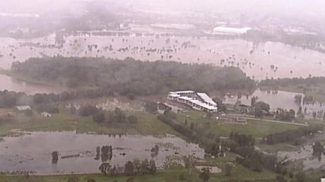Im Bundesstaat Queensland überflutete der Regen am Samstagmorgen mehrere Autobahnen und Straßen, wie die Polizei mitteilte.