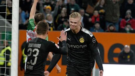 Dortmunds Torschütze Erling Haaland (r) erzielt in seinem Bundesliga-Debüt drei Tore.