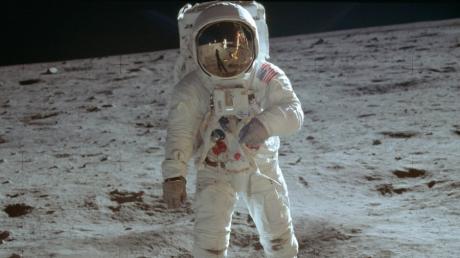 20.07.1969: Der Astronaut Buzz Aldrin geht auf der Mondoberfläche spazieren.